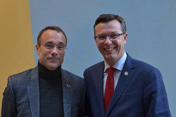 HVO-rektor Johann Roppen (til venstre) og UiB-rektor Dag Rune Olsen.